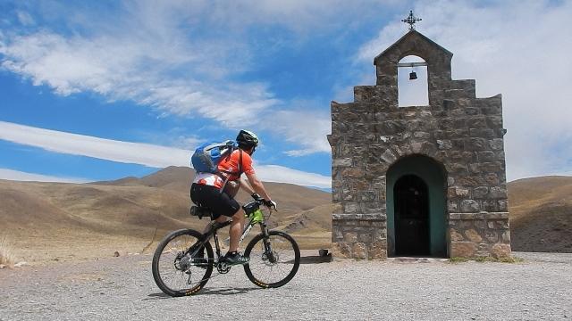 ciclista na capela